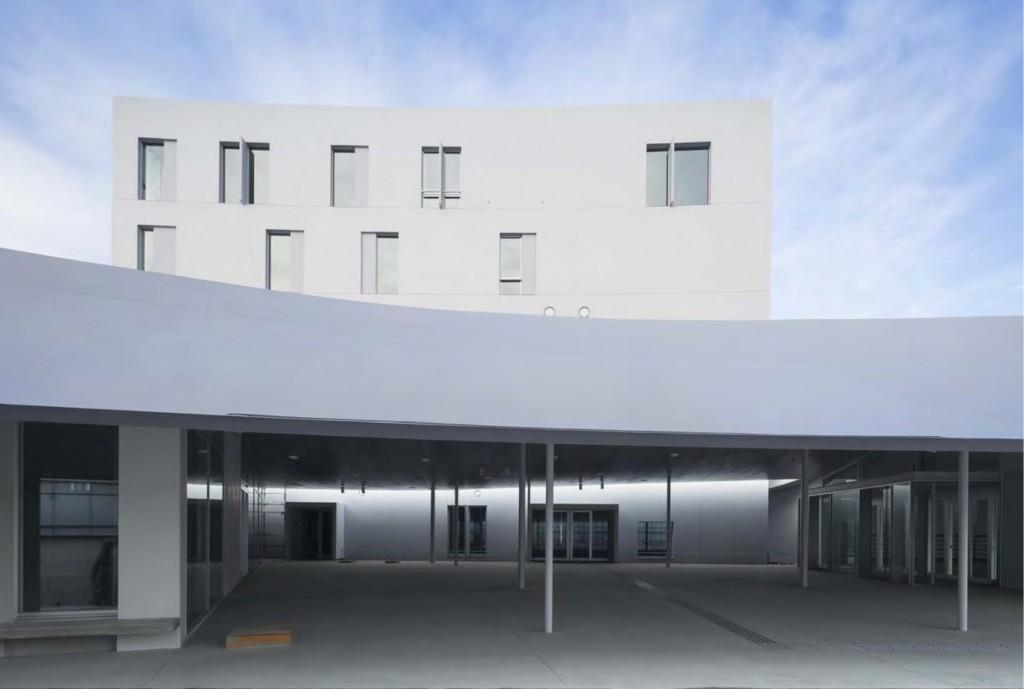 岐南町庁舎 庁舎西エントランス付近 ©小川重雄