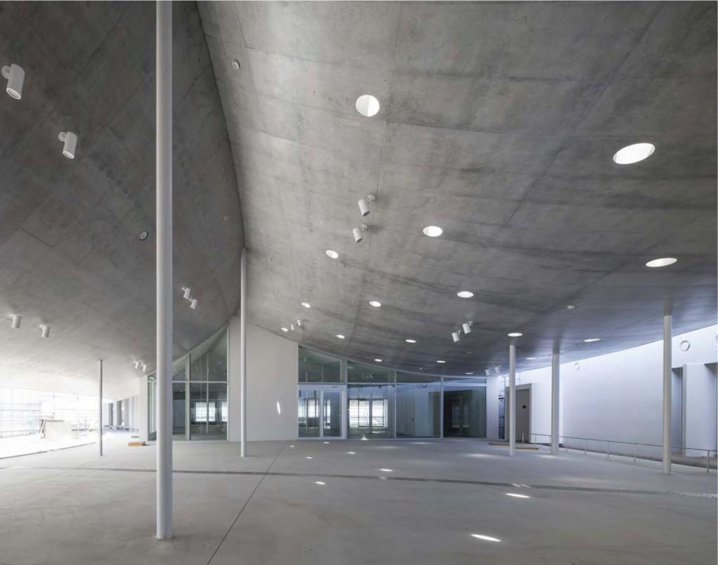 岐南町庁舎 公民館エントランス付近 ©小川重雄
