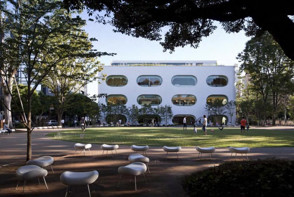 ひと・まち・情報創造館 武蔵野プレイス・境南ふれあい広場公園 建物と公園とが一体となって全世代が気軽に集える公共空間が形成されています。 ©小川重雄