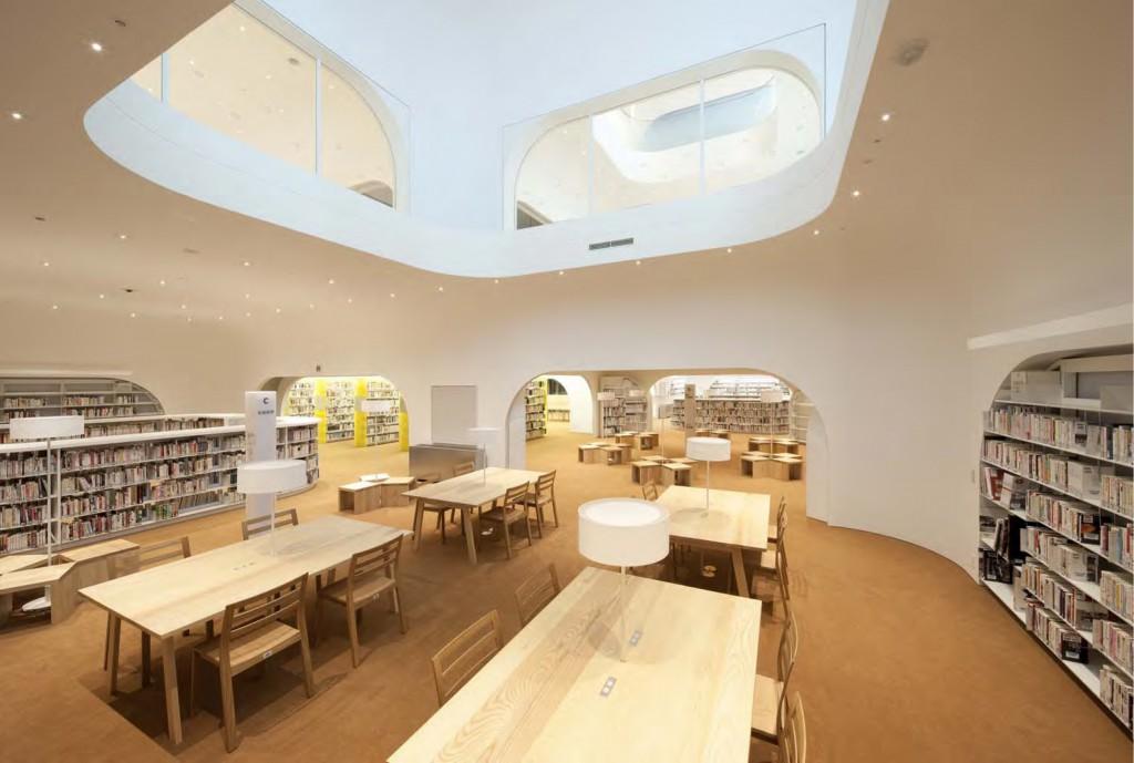 ひと・まち・情報創造館 武蔵野プレイス・境南ふれあい広場公園 メインライブラリーは地下1階にあり、本に囲まれた空間となっています。 ©SHIMIZU KEN
