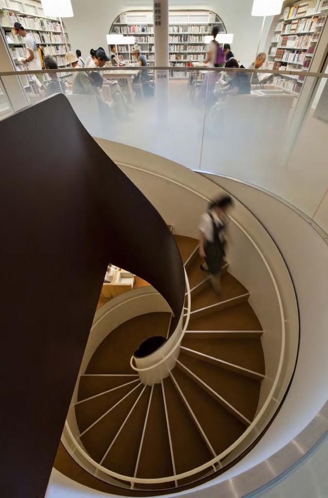 ひと・まち・情報創造館 武蔵野プレイス・境南ふれあい広場公園 らせん階段が上下階をつないでいます。 ©小川重雄