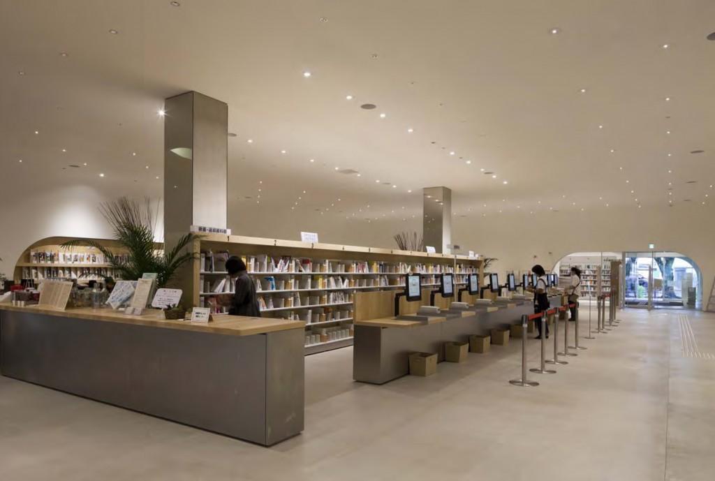 ひと・まち・情報創造館 武蔵野プレイス・境南ふれあい広場公園 1階には貸し出しカウンターとカフェがつながりほどよいざわめきをつくり出します。 ©小川重雄
