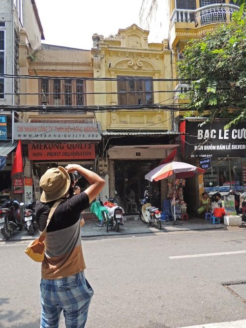 ハノイ36通り地区での景観変容調査の様子。道産子にとって、40℃近い気温の中での調査は辛そうだったが、初めて触れるベトナムは楽しそうでもあった。