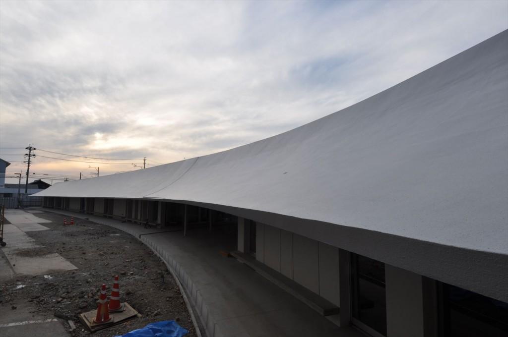 伸延する低層棟屋根(施工中)。