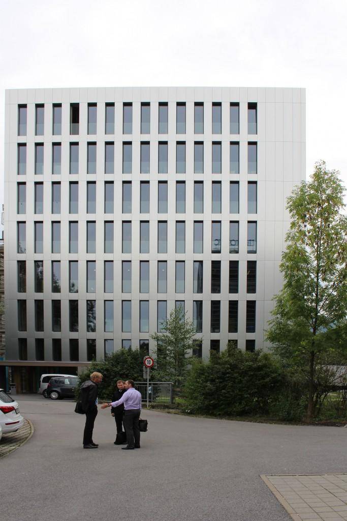 図7:LCT1。木造8階建てのオフィスビルであるが外装は防火規制により金属板パネル。