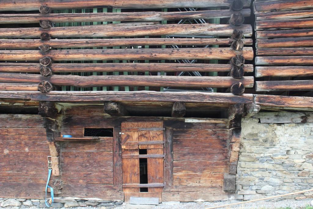 図11:フリン村の伝統的納屋。校倉造りで風が吹き抜けるので牧草や食肉の保存に適している。