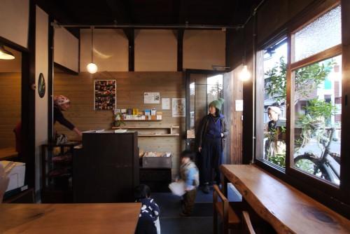 桃ヶ池長屋のある日。オープンハウスイベント「オープンナガヤ大阪2015」に使われた写真(撮影:伴現太)