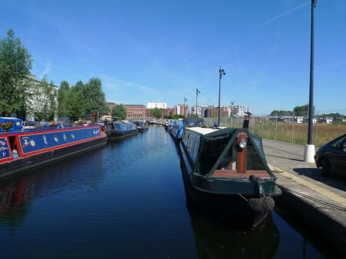 ニューイズリントン団地:新たに整備された公園内には既存の運河につながるボートの停泊所がつくられている。その先には煉瓦作りの倉庫群(現在は住宅やオフィスとしてリノベーションされている)が見える。(筆者撮影)