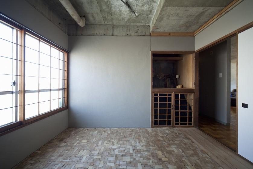 ©kentahasegawa 天井材を落として床に敷き詰めている