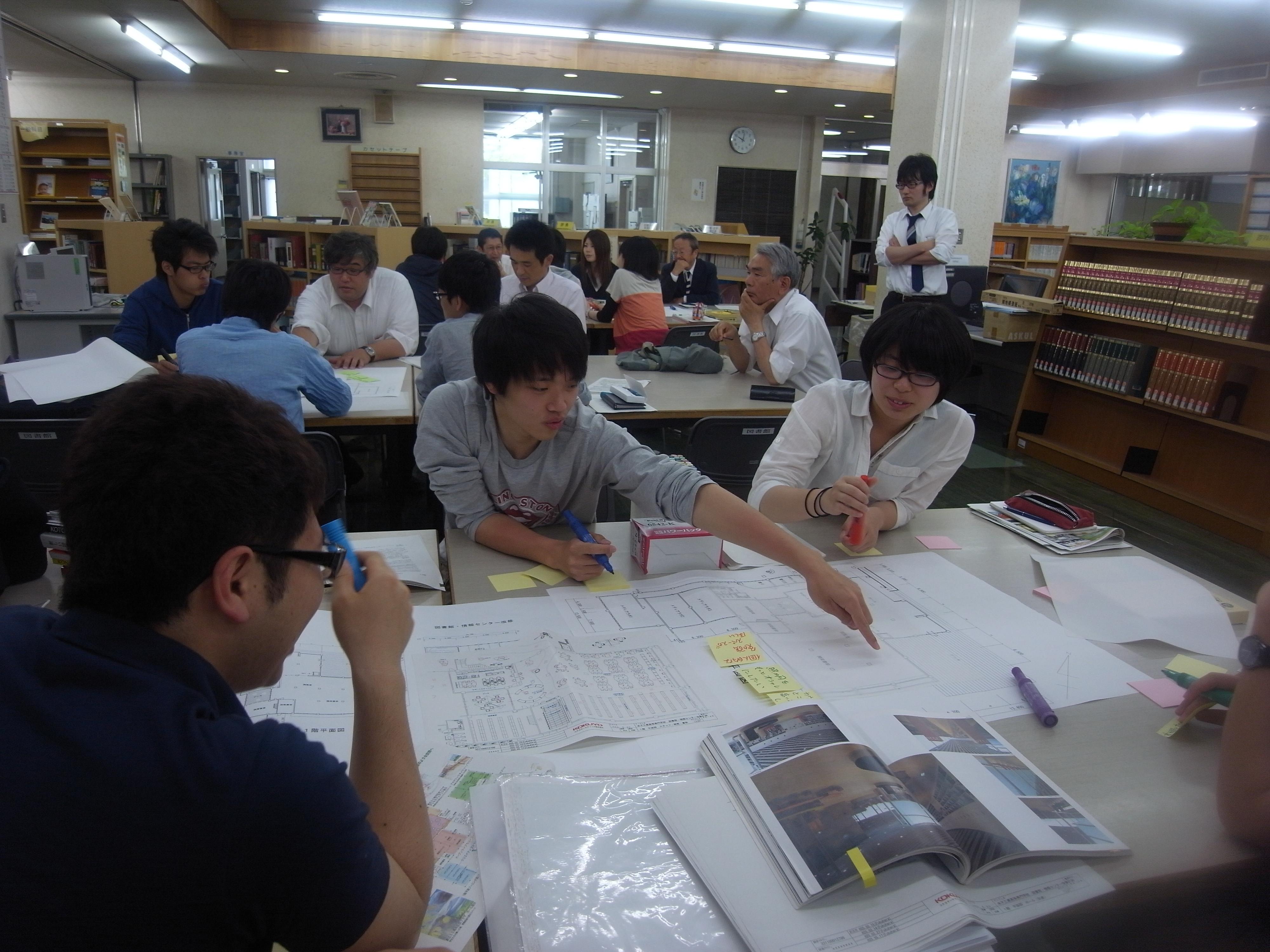 ワークショップ中の学生と教職員