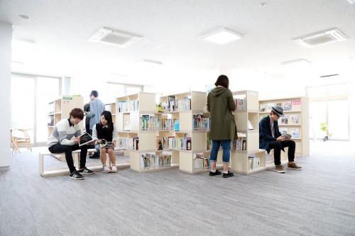 交流プラザに新設されたベンチ付き本棚