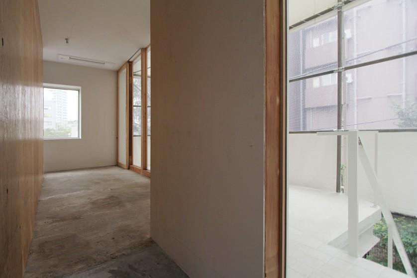 ©Yasuaki Morinaka 2階エントランススペースからベランダを見る