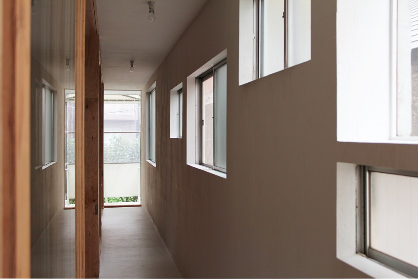©Yasuaki Morinaka 2階廊下の既存を活かした開口部。窓の大きさ、形状、高さなどから昔の家の様子がうかがえる