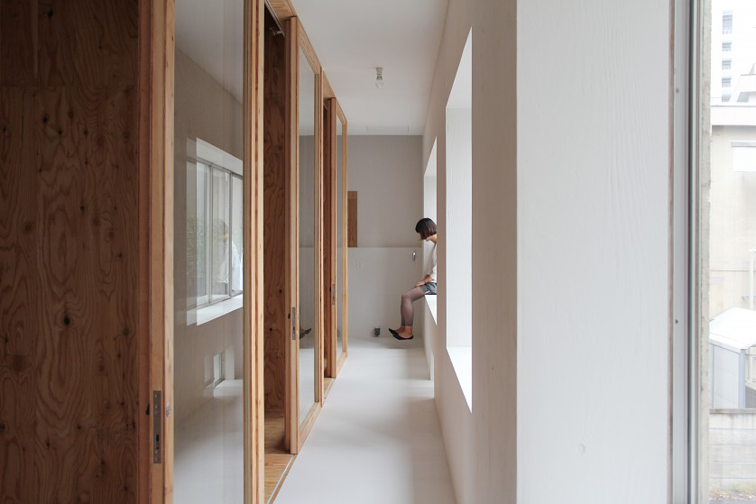 ©Yasuaki Morinaka 既存の出窓を活かした廊下の開口部。物を置いたり、腰掛けたり、廊下での滞在時間が少し長くなる