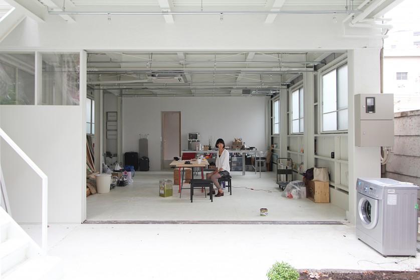 ©Yasuaki Morinaka 1階リビング。前庭は2階ベランダの床が庇となり、鉄扉を気軽に開け放てる