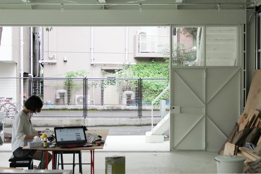 ©Yasuaki Morinaka 1階リビング。前庭を介し路地と繋がっている