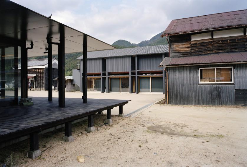 ©Takeshi Yamagishi 南東から母屋棟、アーカイブ棟を見る