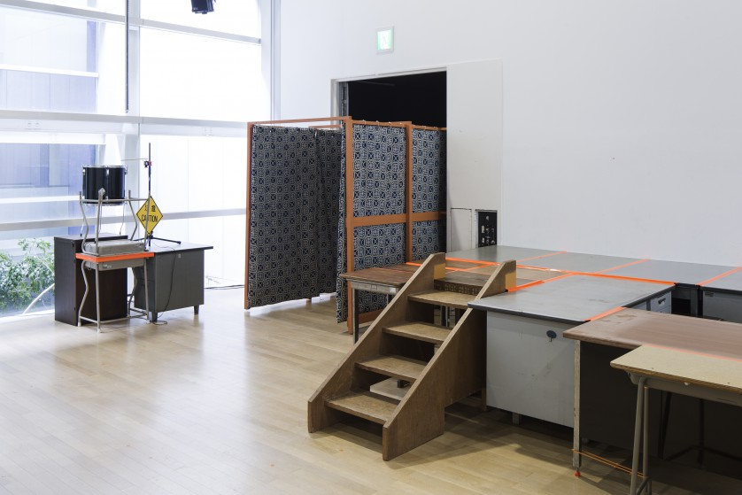 ©kentahasegawa 公民館で使われていた布団を転用した暗室、オフィスデスクでつくられた舞台