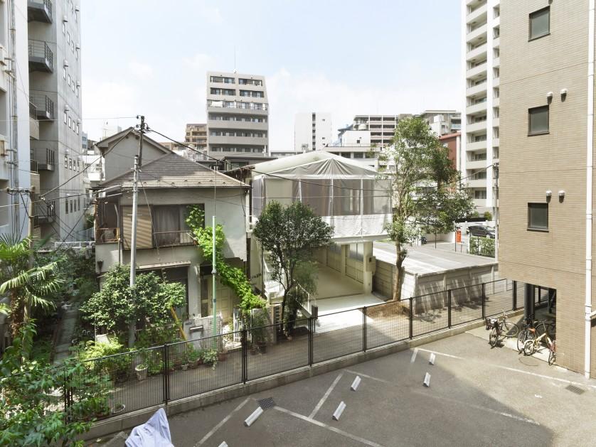 ©Sadao Hotta 外周を中層のビルが囲う街区の中へ引き込む路地に建つ