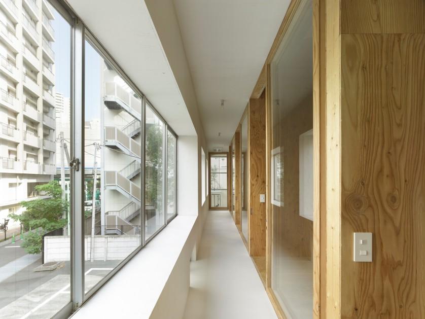 ©Sadao Hotta 2階個室群を繋ぐ縁側のような廊下。住人同士の距離感を緩めている