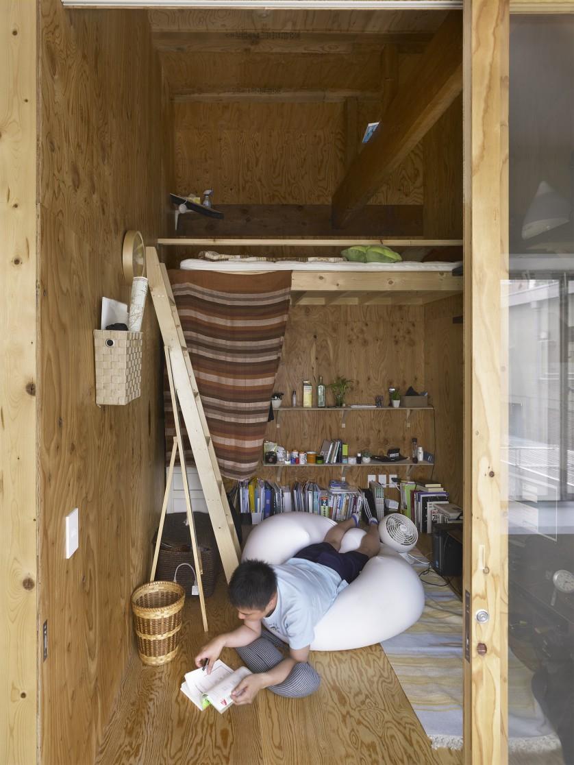 ©Sadao Hotta ロフトや既存の小屋組を活かし、立体的に生活を繰り広げている