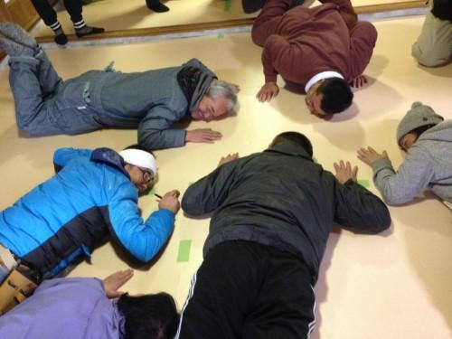 断熱を施した床の暖かさに感動する参加者や講師たち。初めてのことなので、手探りで進みます。