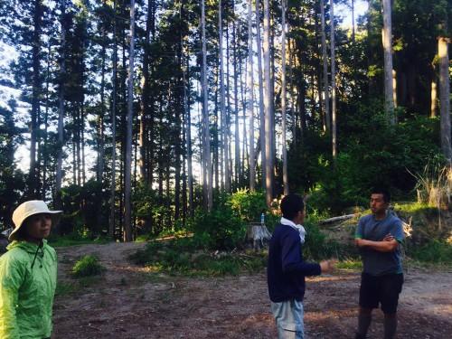 ラフティングやカヌーの若手事業者が、冬季に自伐林業家を手伝うプロジェクトが進行中