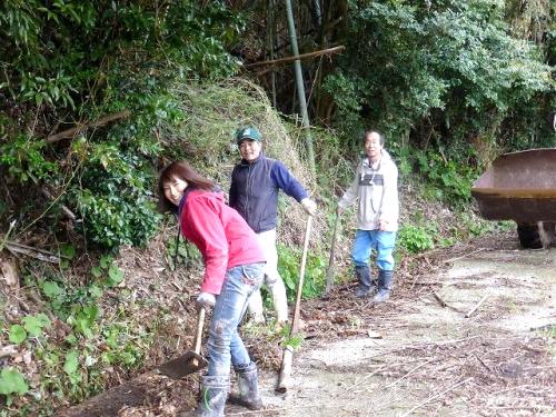 田んぼへ引く水路の掃除。こうした集落の共同作業は強制ではなく、その日にできる人が参加し、持ちつ持たれつでまわしていく。そんな大らかなルールが成り立ちます。