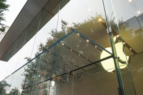 エントランスのガラスの庇