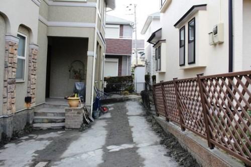 図3 液状化で傾斜した戸建て住宅(2011年東日本大震災、浦安市)