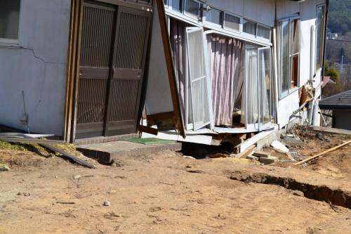 図2 谷埋め盛土の地すべりで破壊した戸建て住宅(2011年東日本大震災、仙台市)