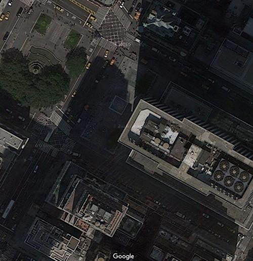 図3:5番街店の敷地。写真中央の空地にアップルストアのガラスキューブが位置している。出典: Google Map