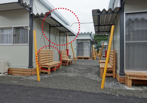 写真‐1 南北軸の有機的路地空間(庇や木製ベンチもデフォルト)