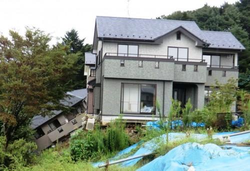 図4 斜面崩壊による戸建て住宅の転倒(2011年東日本大震災、仙台市)