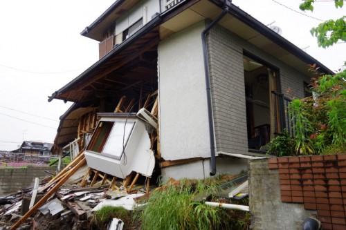図5 基礎が破壊した戸建て住宅(2016年熊本地震、益城町)