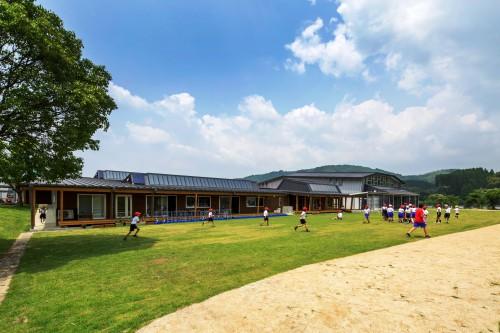 写真1:手前が校舎、奥が体育館