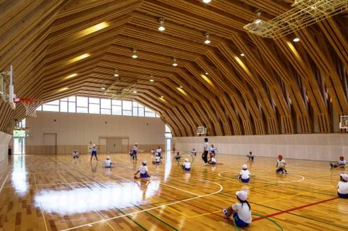 写真2:重ね束ね材による21mスパンの大架構が印象的な屋内運動場