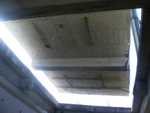 写真7:3階減築中のスラブがカットされる様子