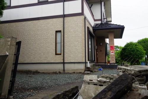 図7 周辺地盤が沈下したものの無被害の基礎(2016年熊本地震、益城町)