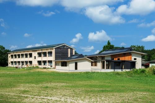 写真6:手前が増築した木造校舎、奥が減築したRC校舎