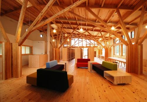 写真8:地元の木材による樹状トラスの木造校舎