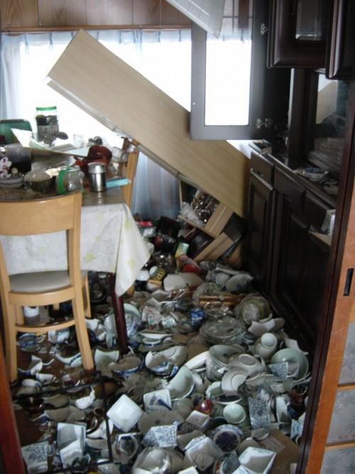 写真2:2005年福岡県西方沖地震後の住宅内の状況
