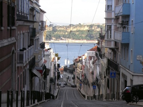 起伏のあるリスボンの街並み、奥に見えるのはテージョ川
