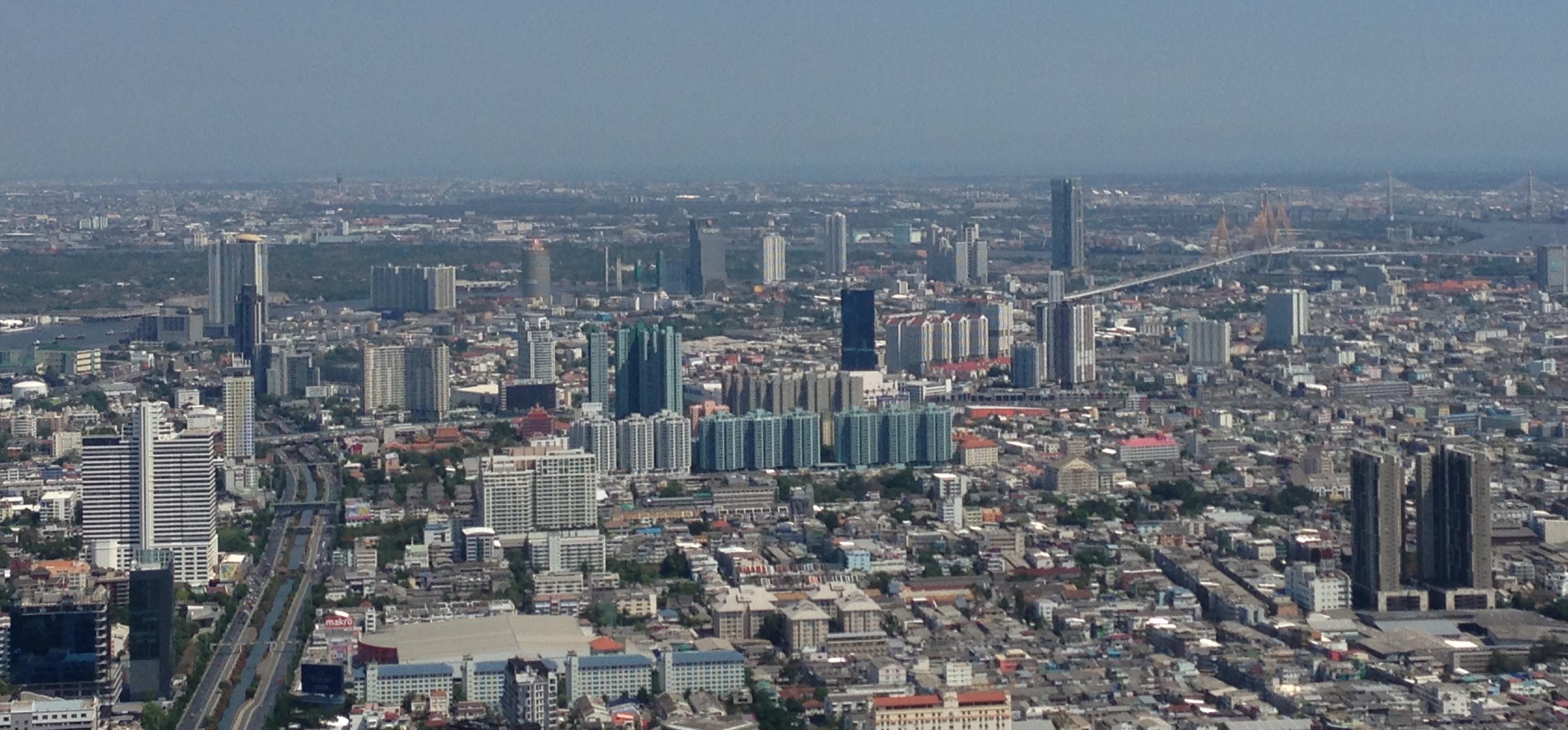 高さ314mの超高層ビル、MahaNakhonの屋上からバンコクを見る(筆者撮影)