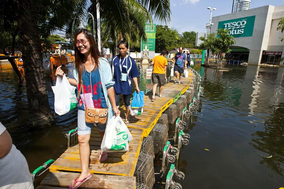 ショッピングカートでできたウォークウェイ(バンコク、2011年11月) Photo:Joan Manuel Baliellas/AFP/Getty Images