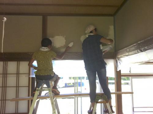 友人らとともに壁塗り(画像提供:芳澤瞳)