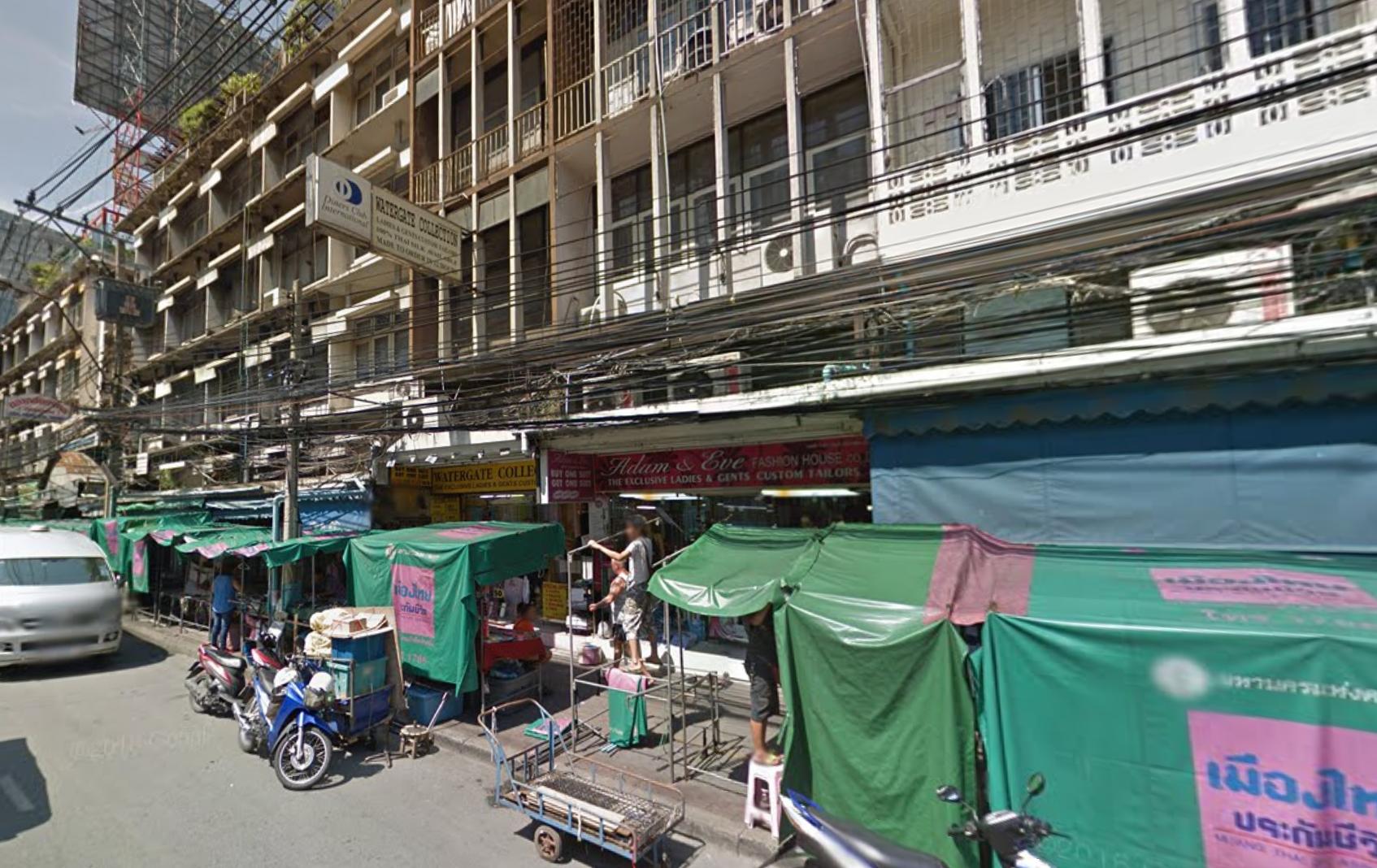 歩道を占拠していたプラトゥーナム市場 出典:Google Street View(2014年)