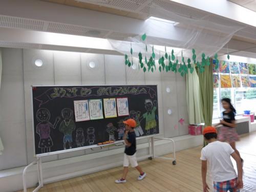 1年生 昇降口前につくられた季節を表す装飾