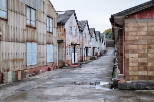 株式会社水野製陶園の工場敷地内。右側の事務所棟の建物は水野製陶園の陶製ブロック造。社員らの手でブロックを積んで建てられた。土づくり(原料)から建物までじぶんたちの手で作られたことになる。