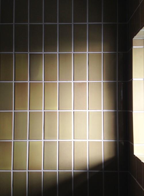 建築家の依頼で製作した浴室のための特注施釉タイル。